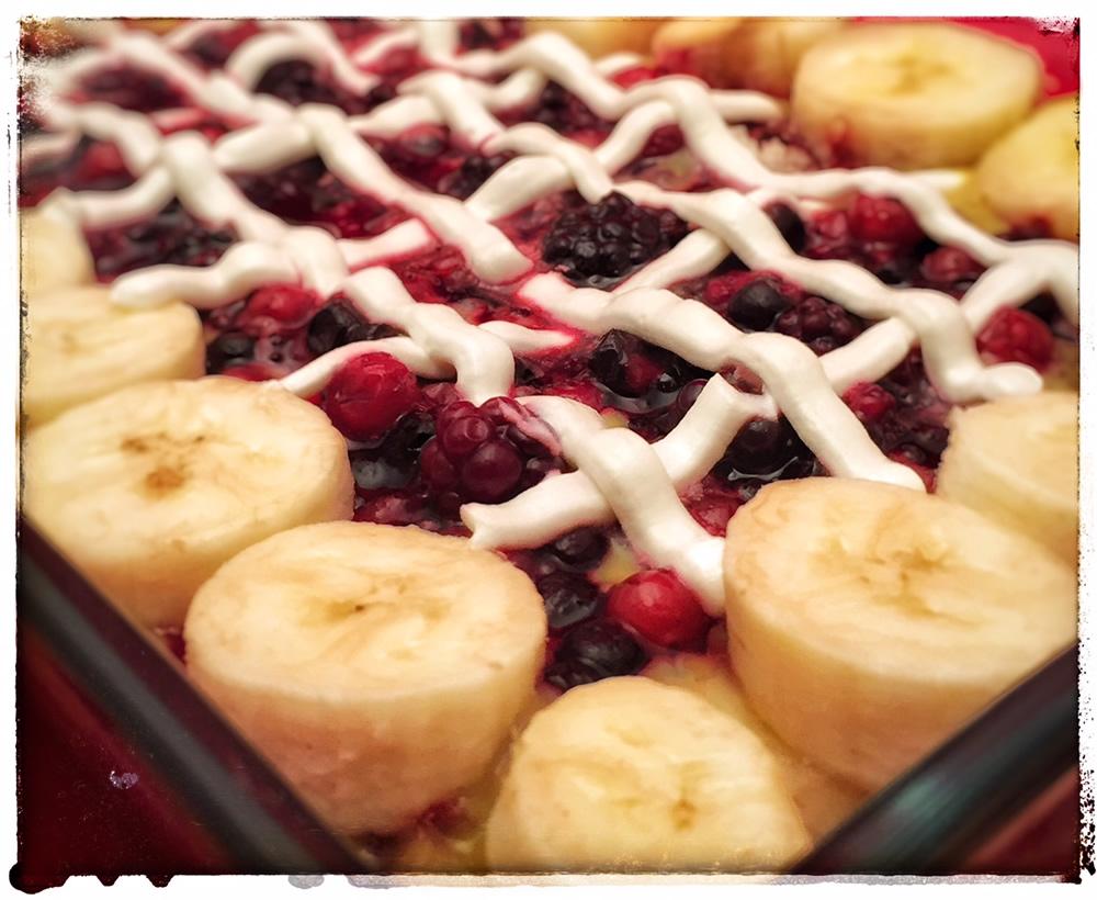 Torta di frutta con crema e panna